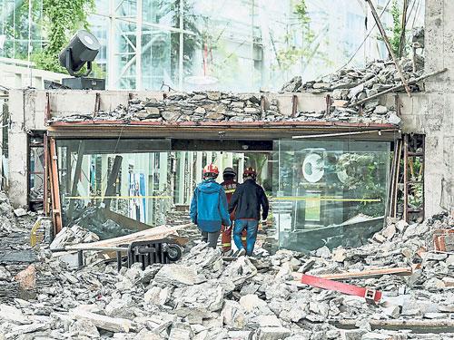 九寨天堂洲際大酒店大堂嚴重損毀。(法新社)