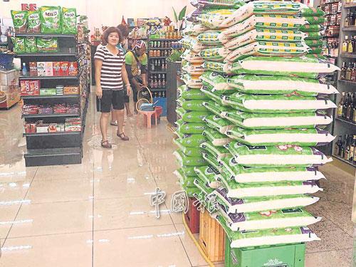 雖然門檻已加高,但迷你市場還是進水,老闆把米及貨品墊高,避免泡水損壞。