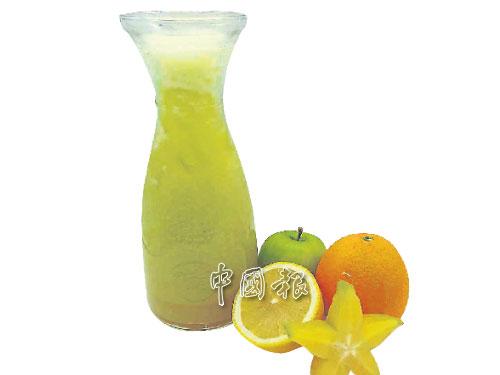 """""""蜂王之星""""特調果汁是用新鮮的橙、蘋果、檸檬及楊桃搾汁,有降傷風、感冒及紓解喉嚨不適的功效。"""