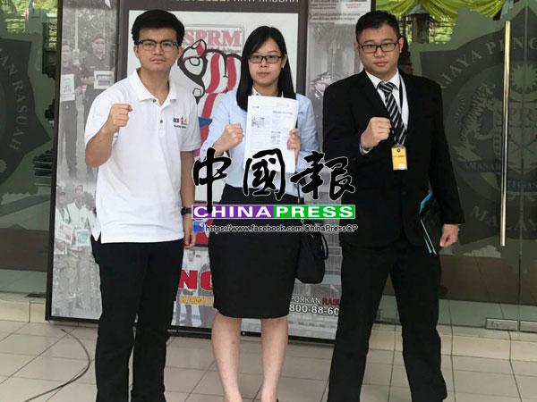 崔慈恩(左2)在張迪翔(左起)及黃家傑的陪同下,到霹靂州反貪會錄口供。