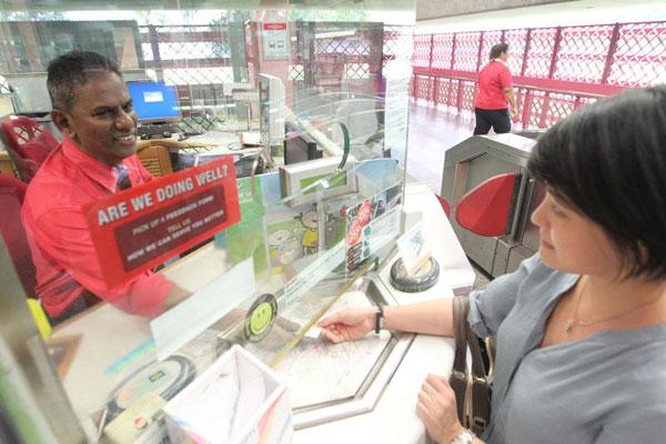 從下月1日起,11個地鐵站的乘客服務櫃檯將率先取消現金添值服務,不再接受乘客以現金為儲值卡添值。(檔案照)