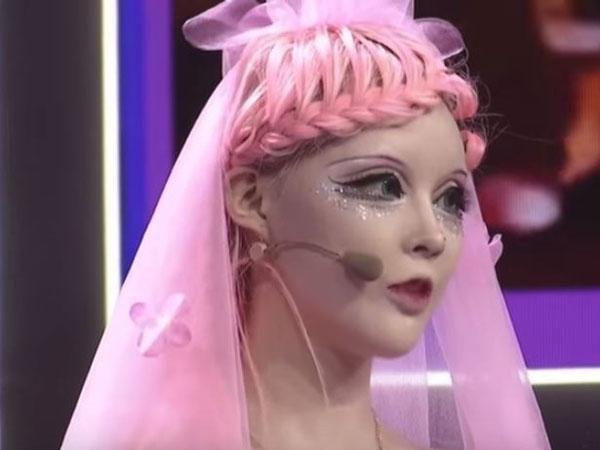 芭比迪麗拉自稱在娘胎裡,臉部已整好形了。(翻攝自YouTube)