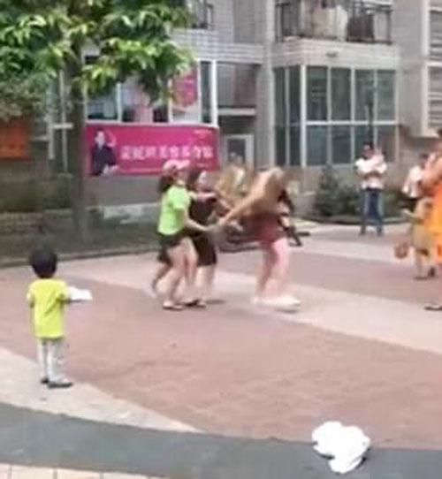 兩女在廣場暴打男子。