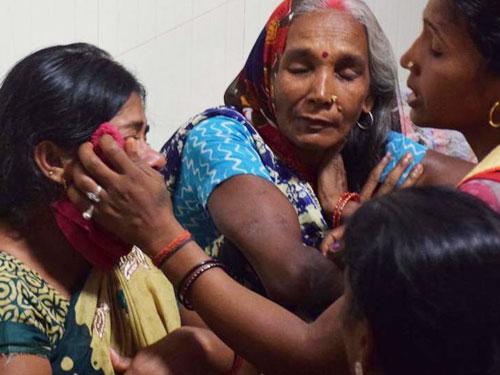 小死者的家屬在醫院內痛哭。(取自《印度時報》)