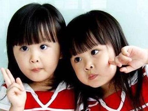 雙胞胎姐妹花3歲時以天使臉蛋、甜美笑容在中國網路走紅。翻攝網路