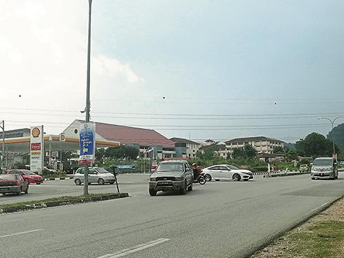 靠近蜆殼油站路口的汽車,拐入翠林城大路的對面車道;大路的汽車同時又往路口去,駕駛人士還要注意直路行駛的汽車,駕駛人士安全受威脅。