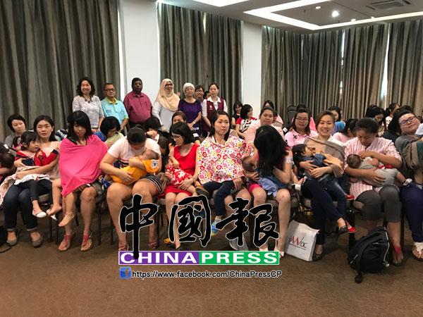56名母親報名參與集體哺乳1分鐘活動,后排左起為檳州婦女發展機構總執行長王美玲、洪銣鴻、丹納、羅斯娜妮、章瑛及蘇美玲。