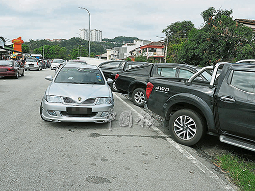 部分駕駛人士將車子雙重泊在路邊,容易造成交通擁堵。