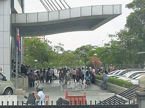 400名內陸稅受局人員,被撤離到隔壁的戶外泊車場。