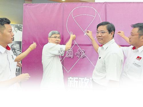 """馬袖強(左2)與鄧章耀為檳州民青團的""""新政治,Fight到底""""運動主持開幕。民青團檳州代團長盧界燊(左)及檳州秘書方志偉(左4)陪同。"""