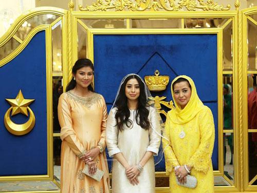 柔佛王后拉惹查麗蘇菲雅(右起)週一生辰,開心看到愛女東姑阿米娜邁入人生另一里程碑。左為王儲妃卡麗達布斯達曼。