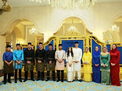 丹尼斯莫哈末的親人也入宮參與訂婚儀式,見證愛兒迎娶公主東姑阿米娜,柔州王子也為姐姐送上祝福。