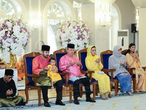 柔州州務大臣(左起)、王儲和小公主、蘇丹、 王后等人也盛裝出席訂婚議式。