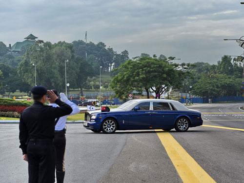 警員及士兵整齊列隊在武吉士林王宮入口處,向進入武吉士林王宮的王室成員敬禮。