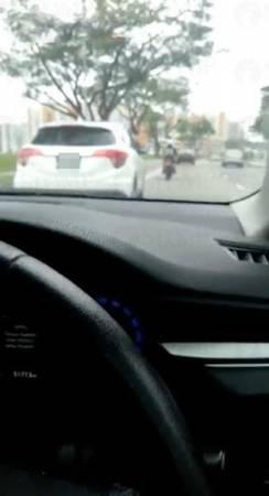 金色車車內拍下的視頻則顯示對方在行駛中途曾緊急煞車,險象環生。