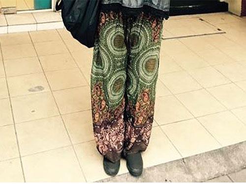 阿尤絲在面子書上載其韓國朋友穿上的峇迪圖案長褲照片。