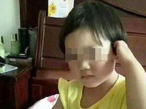 女童被埋進馬路裡,家人傷心欲絕。(互聯網)