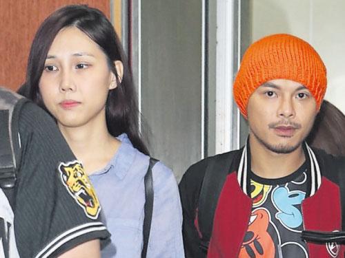 黄明志(右)带女友Sarah(左)一起出席高校毕业歌网路直播发布会。