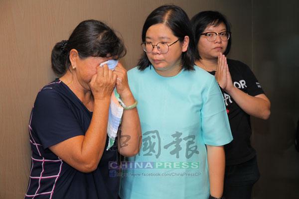 蔡依霖(中)慰問死者遺孀王美鸞(左)。