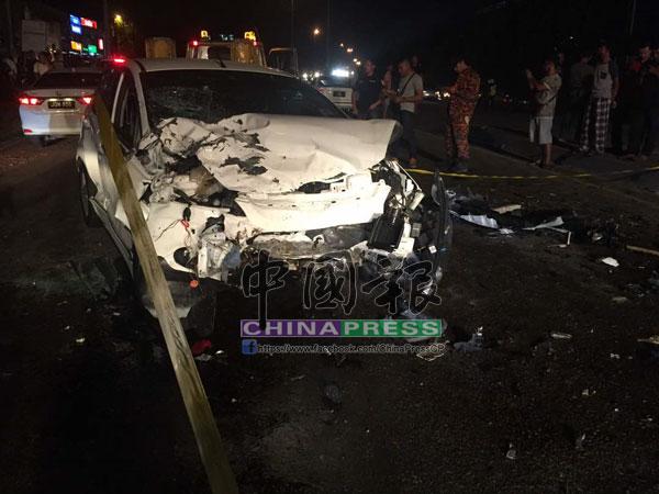 涉及車禍的轎車已毀壞不堪。