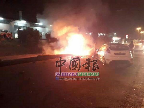 2名死者乘坐的轎車與反方向而來的轎車相撞后起火燃燒。