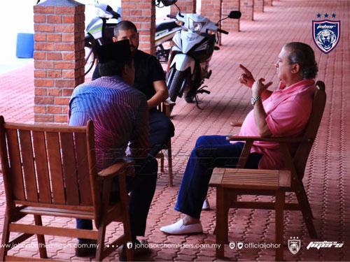 依布拉欣殿下(右)和王儲東姑依斯邁,平心靜氣與凱里坐著聊天。