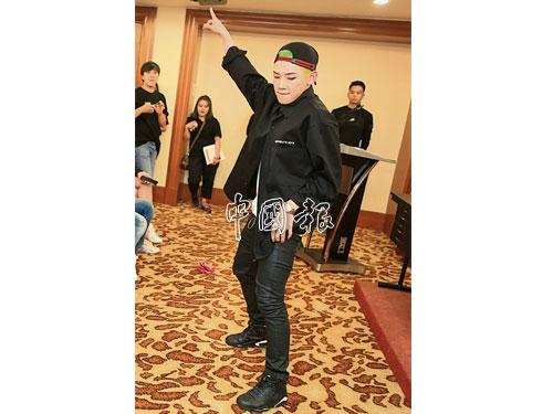頂著一頭綠髮來馬的Z-UK,在媒體發佈會上小秀舞技。