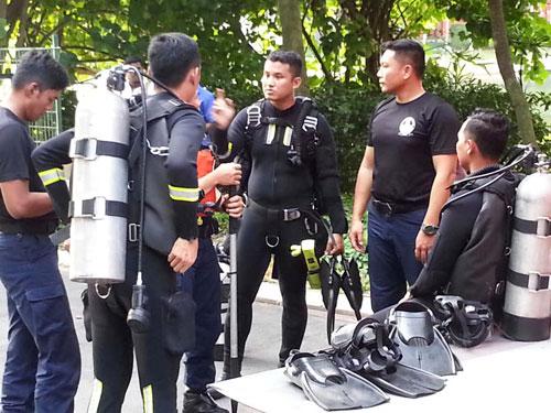災難拯救隊的潛水員事後潛入水中。