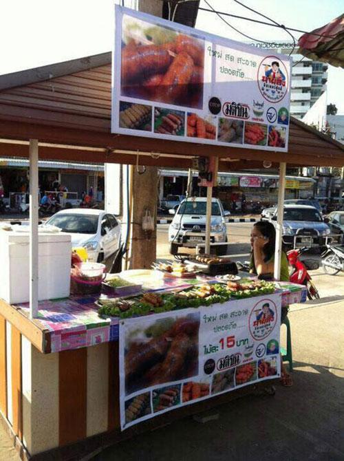 陳順茂在泰國烏隆開設的熱狗攤位。(受訪者提供)