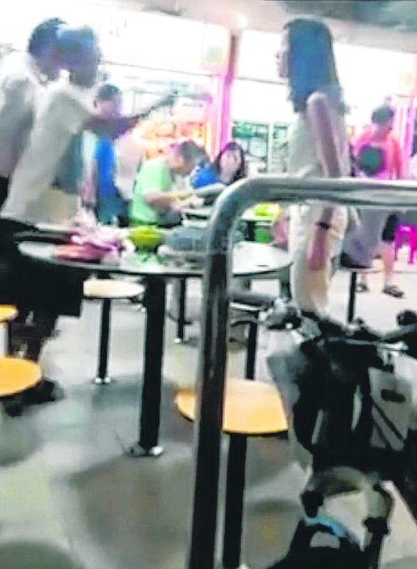 鄭佩玲和周君義因不滿老漢拼桌而差點撞倒他,視頻引起軒然大波。(檔案照)