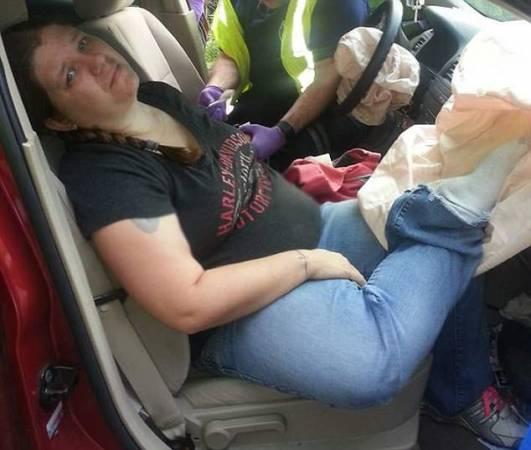 受傷一刻:奧德拉的腳,被彈出的安全氣囊彈到,砸到了自己的鼻子。