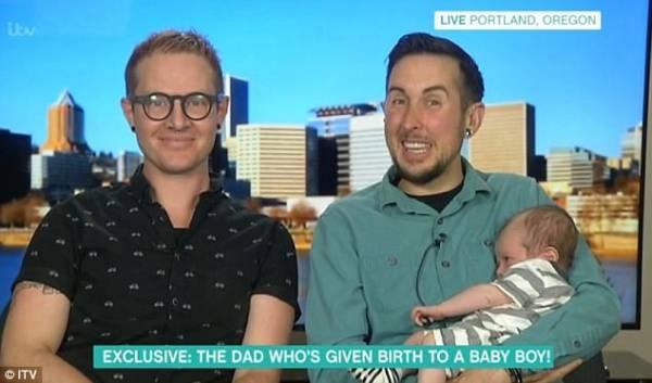里斯(右)、查普羅和他們的兒子。