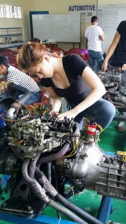 坦婷正在修理汽車引擎。