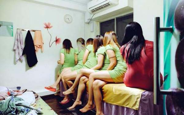 警方突擊掃蕩7家按摩院,逮捕了6名女子。