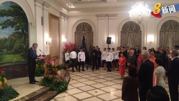 李顯龍(左)在陳慶炎的卸任典禮上致詞。