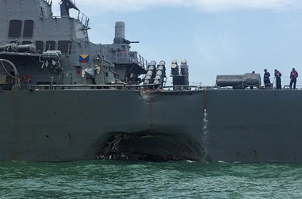 麥凱恩號的船身被撞出破洞。(路透社)