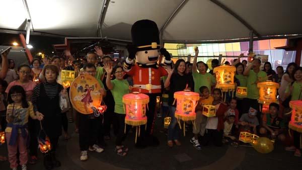 首250名報名參加燈籠遊行,將獲贈月餅。