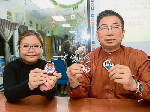戴慶義(右)接受《中國報》記者葉麗儀專訪。