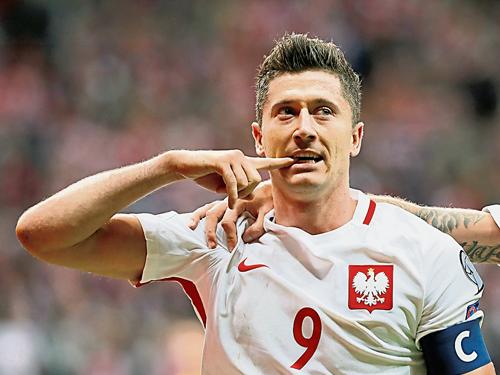 波蘭前鋒萊萬多夫斯基通過罰球打進1球。(路透社)