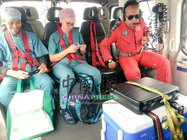醫護人員在直升機安全降陸后,準備下機。