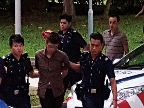 對峙3小時後,警方破門而入,逮捕包租公。