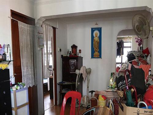 包租公對鄰居說,他讓租客在客廳中擺神台,對他們非常好。