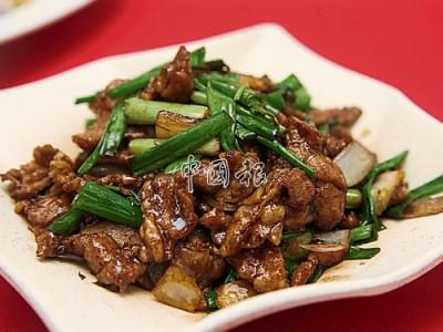 """薑蔥豬頸肉:一個好的廚師,絕對是一個有良心的廚師,葉順煇因為市面上充斥假鹿肉而改用豬頸肉來代替,同樣的,他也不使用粉狀的酸柑粉和鹹蛋黃粉來煮菜。肉質細嫩彈牙的豬頸肉,配搭薑蔥的香氣,根本無法分辨在吃的是鹿肉還是豬肉,""""選用豬頸肉因為它具有軟、滑、嫩的口感,處理豬頸肉比較費時費力,需先切掉多餘油脂,然後順著肉的經絡來切,不這樣切的話,吃時會咬到很多筋。"""""""