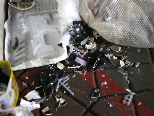 瓦鍋碎片散落在雜貨店旁的位置,中間也摻雜著塑料袋。(受訪者提供)