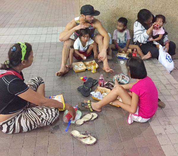 西農很有愛心,曾為街童籌款。