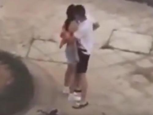 男子怕女友走光,一把緊抱住女友。