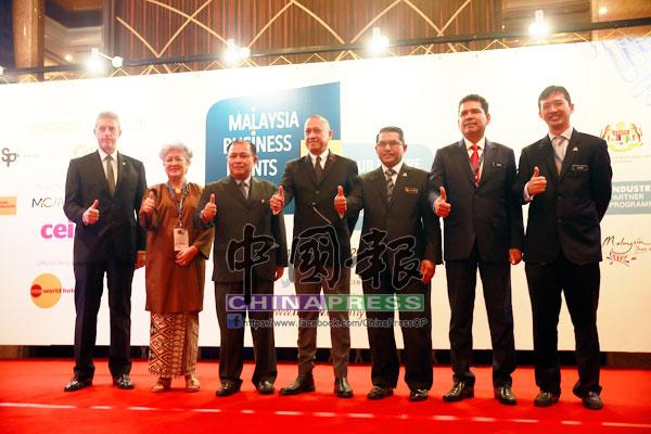 納茲里(左3)推介第3屆大馬商務活動週,左起為艾倫、艾琳、祖基菲里、阿都嘉化、阿都甘尼和佐漢馬末。
