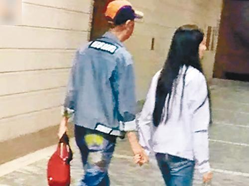 葉振棠與女友十指緊扣,邊行邊談情。