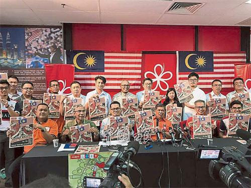 """賽沙迪克(右起)、潘儉偉、莫哈末沙布、聶納茲米、哈達蘭禮等人聯合召開記者會,宣布希盟舉辦""""愛惜馬來西亞:消滅盜賊統治""""大集會。"""