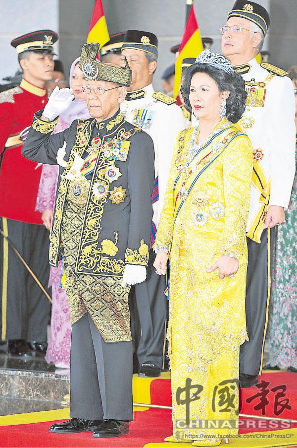 端姑阿都哈林陛下(左)與元首后端姑哈米娜,于2012年4月12日舉行盛大莊嚴的登基大典,陛下第2次出任國家元首。